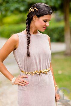 Tocado y cinturón de hojas doradas    Crímenes de la moda en http://bit.ly/1nB9Ceb