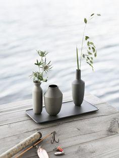 os floreros Balance de Muuto pone un nuevo perspectivo al diseño clásico de floreros con el uso inteligente de los imanes fijados en la base.