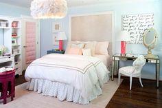 Cabeceira de quadro (serve pra demarcar espaço da escrivaninha) e cama fofinha (travesseiros + edredom + saia + tapete)