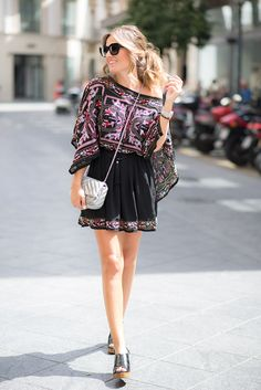 STREET – Mi Aventura Con La Moda. Black floral dress+black sandals+silver shoulder bag+black sunglasses. Summer Outfit 2016. Vestido negro floral+sandalias negras+bolso plateado+gafas de sol negras. Outfit Verano 2016