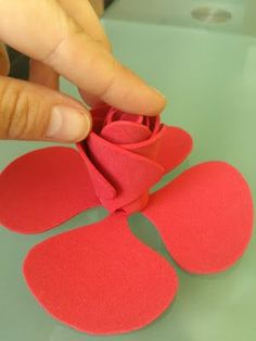 This is so cute but it's in Spanish Twine Flowers, Felt Flowers, Diy Flowers, Fabric Flowers, Paper Flowers, Foam Crafts, Diy And Crafts, Crafts For Kids, Arts And Crafts