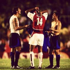 Materazzi and Zanetti fight for Arsenal hero Thierry Henry's no.Just proves how good Thierry Henry was. Football Images, Football Pictures, Adidas Predator Lz, Big Shoulders, Iconic Photos, Latest Sports News, North London, Great Team, Arsenal Fc
