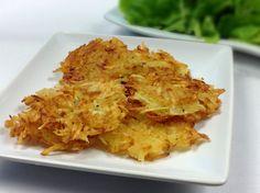 Dozlatova vypečené a křupavé placičky z nahrubo nastrouhaných syrových brambor, to jsou rösti. Výborná příloha pocházející ze Švýcarska. Cauliflower, Food And Drink, Potatoes, Vegetables, Recipes, Invite, Fitness, Recipies, Cauliflowers
