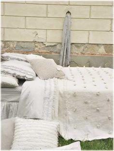 """Opificio Dei Sogni Fior di lino Un modèle pour les amoureux de la simplicité et des fibres naturelles... Couvre lit en 270x270 cm avec applications pompons. La taie d'oreiller avec franges assortie """"bohemien"""" est vendue avec son intérieur."""