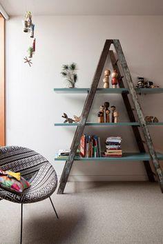 DIY ladder shelf ideas - Easy ways to reuse an old ladder at home A Frame Bookshelf, Ladder Bookcase, Bookshelf Ideas, Frame Shelf, Unique Bookshelves, Rustic Bookshelf, Old Ladder Shelf, Triangle Bookshelf, Wooden Ladder Decor
