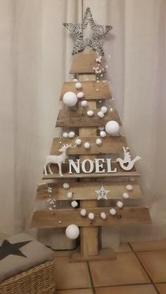 32 Best Christmas Decorations Ideas With Pallets Recycle To Have Recycled Christmas Tree, Pallet Wood Christmas Tree, Fabric Christmas Trees, Country Christmas Decorations, Mini Christmas Tree, Christmas Crafts For Gifts, Farmhouse Christmas Decor, Christmas Projects, Xmas