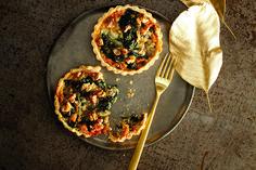 Tartellette friabili con gorgonzola e spinaci
