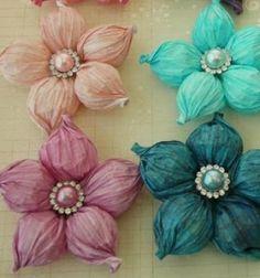 Ezek a csodálatos pufitavaszi virágokhihetetlen, de pillanatok alatt elkészíthetőek, egy ügyeshajtogatási trükknek köszönhetően egy kevés krepp papírból (és egy szép gombból). Kreatív ötlet ugye? Ezek a csodás pufipapír virágok remek tavaszi/húsvéti dekorációk lehetnek az otthonodban, vagy készítheted őket ajándékként is egy-egy speciális alkalomra (pl.: ballagásra,esküvőre,anyák napjára vagy nőnapra). Ezeket a csodaszép krepp papírvirágokatakár a gyerekekkelegyütt is…