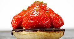Jordbærtærte er noget, vi plejer at købe hos bageren, men her får du opskriften på en let og lækker jordbærtærte, så du kan servere din egen jordbærtærte til dine gæster