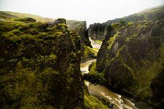 Каньон Fjaðrárgljúfur часто называют самым красивым в мире. Извилистое ущелье, которое похоже на изгибы тела могучего дракона, приводит в абсолютный восторг.