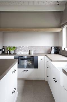 These counter tops Kitchen Dinning, Kitchen Cupboards, Kitchen Decor, Concrete Kitchen, Kitchen Flooring, My Kitchen Rules, Grey Countertops, Open Plan, Kitchen Interior