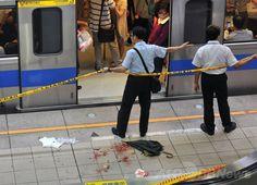 台湾・台北(Taipei)の地下鉄・江子翠(Jiangzicui)駅で、無差別殺傷事件の現場を封鎖する警察官ら(2014年5月21日撮影)。(c)AFP/Mandy CHENG ▼21May2014AFP|台北の地下鉄車内で無差別殺傷、3人死亡 http://www.afpbb.com/articles/-/3015557 #Taipei #Jiangzicui