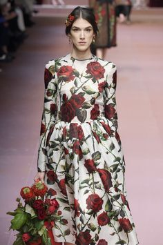 Everything's coming up roses at @dolcegabbana #AW15 #MFW  Éxtasis floral