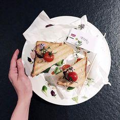 http://ift.tt/2nOnloj HAPPY WEEKEND  Eigentlich wollte ich euch ein meeega Rezept zeigen aber das muss leider noch bis Montag warten  Stattdessen gibt es ganz viele tolle Oster-Rezepte für euch auf dem Blog! Den Direktlink findet ihr im Profil #linkinbio  . Uuuund ich kann euch schon mal mein Signature Sandwich vom #lunchinstyle Event von #hertafinesse zeigen  Ein mediterraner Traum im Dinkeltoast mit gerösteten Pinienkernen gegrilltem Putenbrustaufschnitt Thymian und frischen Tomaten. Wie…