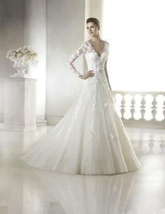 A-Line Hochzeitskleid mit Schatzmieder, transparente Überlagerung mit V-Ausschnitt, Blütenspitze Details und lange Ärmel.