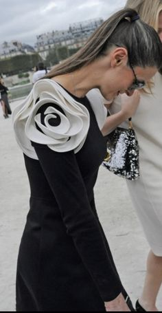 blossoming shoulders so beautiful and fair. from Bill Cunningham's Paris vlog. Fashion Line, White Fashion, Fashion Details, Love Fashion, Fashion Show, Fashion Design, Fabulous Dresses, Beautiful Outfits, Nice Dresses