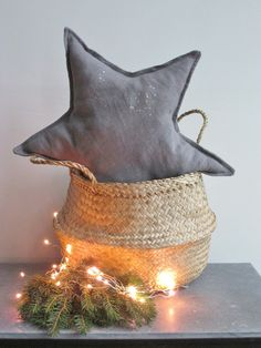 Coussin étoile en lin lavé tourterelle et ses petits flocons dorés.