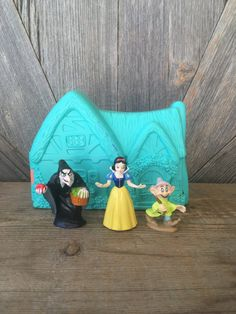 Snow White and the Seven Dwarves Vintage Disney Mattel Play Set {Like Large Polly Pocket} Upon a Time Set Characters Disney Princess Snow Disney Play, Disney Toys, Vintage Lunch Boxes, Disney Princess Dolls, Clarifying Shampoo, Seven Dwarfs, Polly Pocket, Childhood Toys, Christmas Gifts For Kids