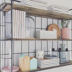 Nueva colocación de mi estantería @westwing_es. Más detalles y menos libros, qué os parece? No os pasa que hay muebles que nunca paráis de… Pastel Kitchen, Shelves, Kitchen Ideas, Kitchens, Home Decor, Instagram, Step By Step, Furniture, Libros