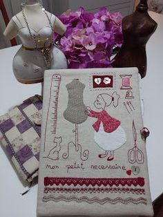 Patchwork con Susana Cano de Madrid: Mi Agenda para Notas de patchwork Sewing Hacks, Sewing Crafts, Sewing Projects, Hand Embroidery Stitches, Floral Embroidery, House Quilt Patterns, Book Pillow, Fabric Journals, Sewing Accessories