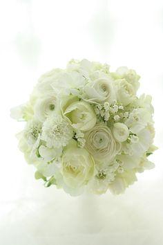 白い花だけで。バラのブルゴーニュ、ラナンキュラス、豆スイートピー、スカビオサ、スズラン。原宿の東郷記念館様へお届けした、お色直しのためのウェディングドレス...