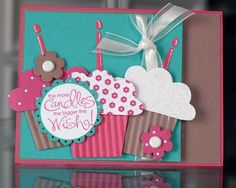 Coqueta invitación de cumpleaños con cupcakes