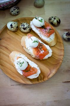 Montaditos de salmón y huevos de codorniz