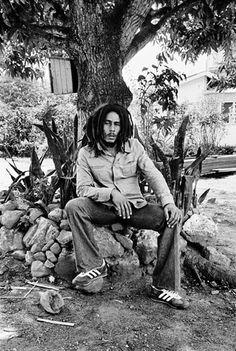 Robert Nesta Marley, dit Bob Marley, né le 6 février 1945 à Nine Miles /Jamaïque et mort le 11 mai 1981 à Miami aux États-Unis, chanteur et un auteur-compositeur-interprète