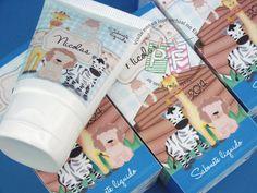 Lembrancinha de maternidade super especial: caixinha contendo bisnaga de hidratante, álcool gel ou sabonete líquido, à sua escolha. Tudo personalizado. Um charme!