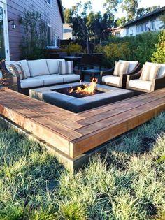 moderne Gartengestaltung mit abgesengter Fläche und Feuerstelle