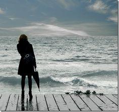 Na beira do mar, só eu e ela, mudos, olhando para o longe, próximos como se temêssemos nos perder um do outro.