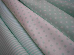 látka - metráž - puntíky látka - PUNTÍKY - bílý podklad + puntíky ve světle mentolové barvě (uprostřed na hl. fotu), 100% bavlna, šíře 150 cm, cena uvedena za 0,5 metru, lze použít na kapsáře, povlečení, polštáře, ...