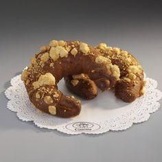 Rogal Placek z drożdżowego maślanego ciasta zwinięty w rogal.