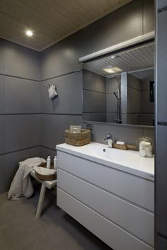 Grey and white bathroom. Love the big tiles! Honka holiday homes.