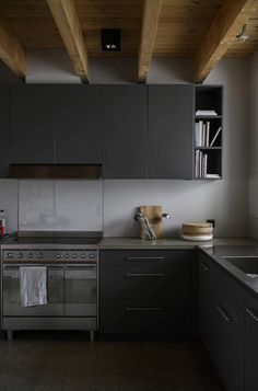 Cuisine noire avec pouttres en bois apparentes Black Accent Walls, Light Grey Walls, Yellow Walls, Nordic Interior, Gray Interior, Kitchen Interior, Wooden Dining Tables, Dining Table Chairs, Dining Area