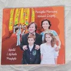Personalizacja albumu obejmuje wykonanie dodatkowej obwoluty na okładkę zawierającej: - życzenia, - dedykację oraz - zdjęcie dziecka. Obwolutę można zamówić także po uroczystości Pierwszej Komunii.