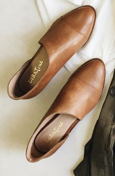 These Diba True flats are a must have for Fall. Perfect way to complete your look with skirts, jeans or shorts.  Available in 2 colors. #Diba #Dibatrue #Nowayout #shoes #flats #bootshoe #cutoutshoe #shopthesg #cognac #flatlay Strappy Shoes, Cute Shoes Flats, Shoes Sneakers, Shoes Sandals, Shoe Boots, Me Too Shoes, Dorothy Shoes, White Jeans Outfit, Ladies Flat Shoes