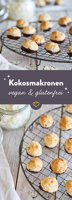 Kokosmakronen - vegan & glutenfrei A bite of these juicy coconut macaroons and you feel like you're on a Caribbean vacation. Even non-vegans get their money's worth. Gluten Free Xmas Cake, Dessert Sans Gluten, Gluten Free Desserts, Vegan Gluten Free, Bolo Vegan, Cake Vegan, Holiday Desserts, Holiday Recipes, Christmas Recipes