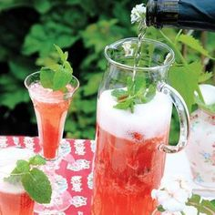 Klassisk fördrink, här på sommarvis i kanna. Drinken fungerar lika bra med alkoholfritt torrt mousserande vin.