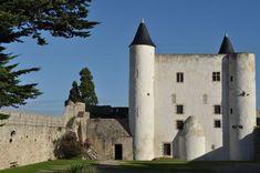 Noirmoutier est situé en PAYS-DE-LA-LOIRE (FRANCE) . C'est un château à visiter. Vous aimez les châteaux ? Commandez dès aujourd'hui le Guide des Châteaux 2020 qui paraîtra le 20 septembre à l'occasion des Journées du patrimoine 2019. Vous retrouverez les informations sur Noirmoutier et sur plusieurs centaines d'autres châteaux de France, de Belgique et de Luxembourg. Saumur, Boutique Deco, Luxembourg, Occasion, Guide, Mansions, House Styles, Medieval, Pays De La Loire
