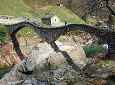 Romeinse brug in Valle Verzasca met helder blauwgroen ijskoud bergwater
