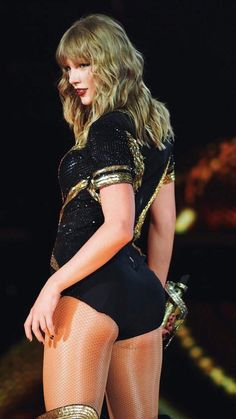 Taylor Swift photo in concert Taylor Swift Hot, Beautiful Taylor Swift, Estilo Taylor Swift, Long Live Taylor Swift, Taylor Swift Style, Red Taylor, Taylor Swift Pictures, Taylor Swift Concert, Taylor Swift Casual