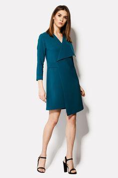 UTOPIA – платье из креп-костюмки цвета морской волны. Без застежек и явных декоративных элементов, это платье выделяется необычным ассиметричным кроем. Сделанное с эффектом запаха, платье имеет очень крупную деталь – односторонний отложной воротник. Вырез треугольный, рукава укорочены. На модели 44 размер.
