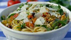 Eén - Dagelijkse kost - keigemakkelijke spaghetti met tomaat en courgette  Voeg toe: spekblokjes & rode currypasta