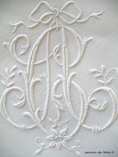 Linge ancien de lit > LINGE ANCIEN/ Très belle taie brodée main sur fil de lin avec monogramme AC - Linge ancien - Passion-de-Blanc - Textiles anciens