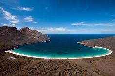 In het Freycinet National Park vind je Wineglass Bay. Een must see tijdens je roadtrip door  Tasmanië, Australië.