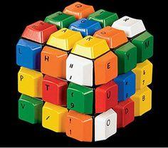 Cubo hecho de teclas de colores