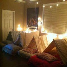 Evde kamp fikri her çocuk için eğlencelidir.