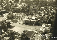 Piața Palatului Regal (actuală Piața Revoluției) văzută din avion, în 1941. Puteți vedea Palatul Regal (actual Muzeu de Artă) încă în construcție, precum și zona Sălii Palatului de azi, înainte să existe sala și ansamblul de blocuri de acolo. Capital Of Romania, Places Around The World, Around The Worlds, Little Paris, Bucharest Romania, Old City, Time Travel, Paris Skyline, Dan
