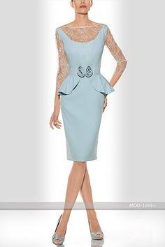Vestido realizado en crepé con escote y manga en chantilly. Se puede realizar en varias tonalidades.   De Teresa Ripoll.